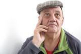 homme âgé songeur regard évasif
