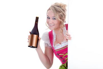 Junge Frau im Dirndl macht Wein Werbung vor leerem Banner