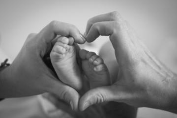 Mains forme coeur pieds bébé