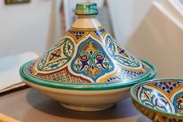 Tajine,  aardewerken stoofpot uit Marokko