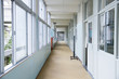 学校の廊下 - 73701522