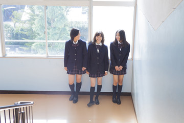踊り場で談笑する高校生たち