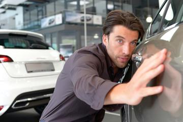 Kunde testet Lackierung im Autohaus