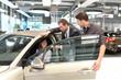 Verkaufsgespräch im Autohandel // Sales talk in the car trade - 73711159