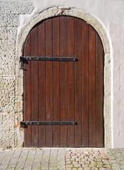 Alte runde Holztür