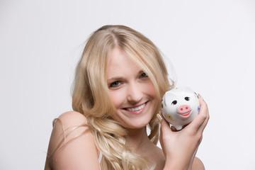 Hübsche Frau mit Sparschwein