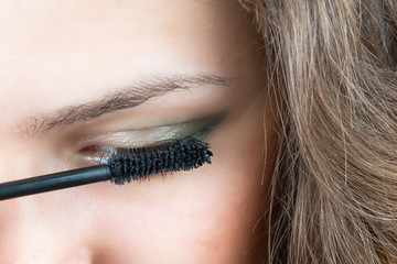 Applicare mascara, make up
