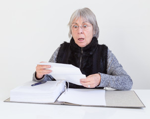 Ältere Dame erschreckt sich über einen Brief