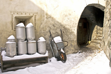 Bauernhof mit Milchkübel u Schubkarren