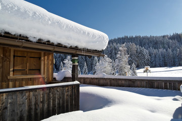 Verschneites altes Haus mit Landschaft Schnee Sonne u Himmel