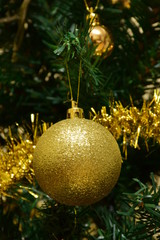 Bolas doradas y Árbol de Navidad