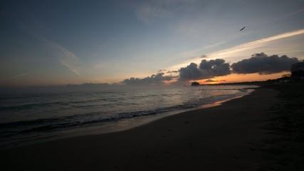 Strand Zeitraffer mit Sonnenaufgang