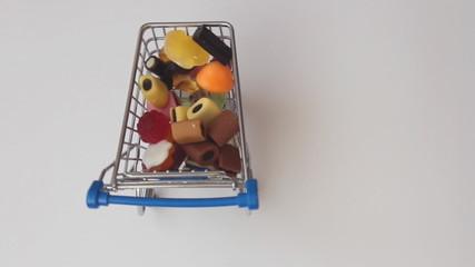 Voller Einkaufswagen mit Süssigkeiten