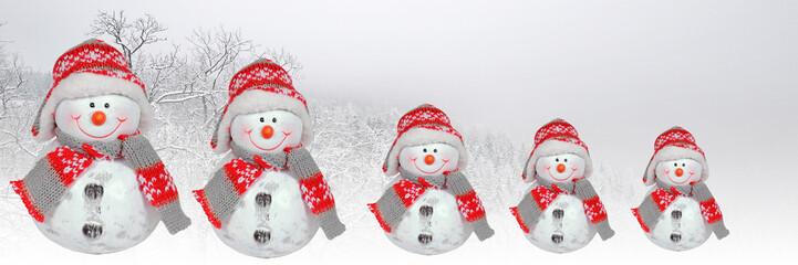 schneemannfamilie auf winterurlaub