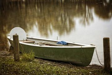 Einsames Ruderboot am Chiemsee im Herbst