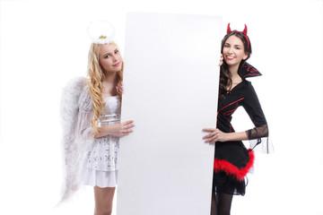 Engel und Teufel hinter weißem Plakat