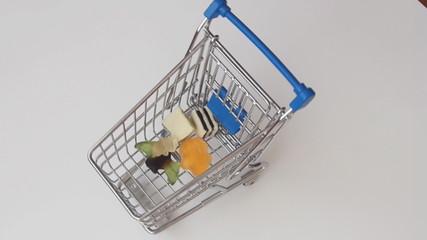 Einkaufswagen mit Süssigkeiten füllen