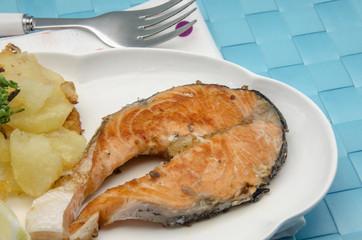 Salmon a la plancha con patatas fritas