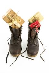 Winterstiefel gefüllt mit Geschenken