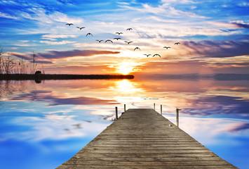 embarcadero de madera mirando el sol