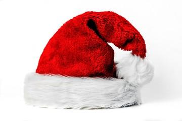 Pelzige Weihnachtsmütze auf weiß isoliert