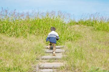 階段を上がる男の子