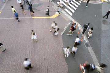 繁華街を交う様々な人々 イメージ(スローシャッター)俯瞰