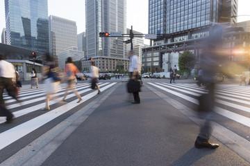 東京駅前 丸の内 のビジネスマン イメージ(スローシャッター)