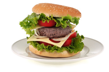 Burger maison dans une assiette