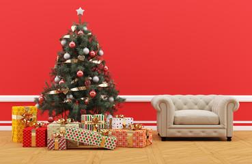 Árbol de Navidad decorado con regalos en habitación roja y sofá