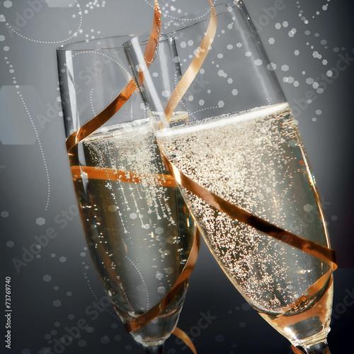 Romantyczne flety musującego złotego szampana