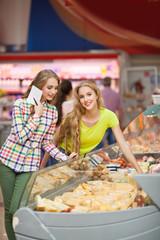 Девушки в продуктовом магазине