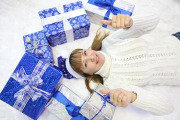 Девушка и новогодние подарки