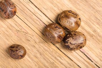 Weihnachtliche Nüsse auf Holz