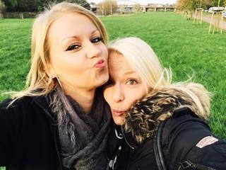 Freundinnen machen Selfie zusammen