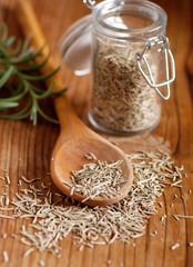 rosmarino essiccato nel cucchiaio di legno