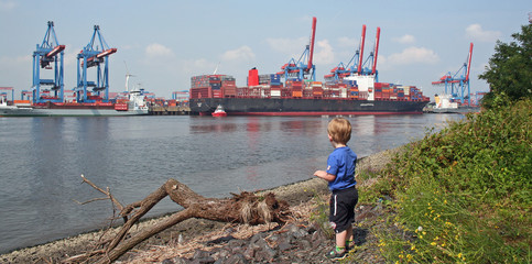 Hamburg: Junge am Container Terminal Altenwerder