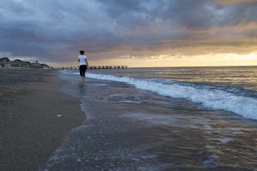 Deniz ve Yalnız Kadın