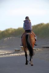 reiterin am strand an der nordsee