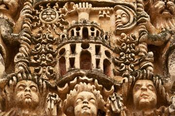 escudo heraldico labrado en la piedra