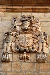 escudo heraldico en una casa de piedra