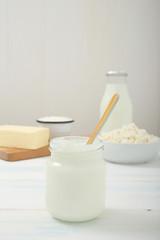 yogurt con latticini sullo sfondo