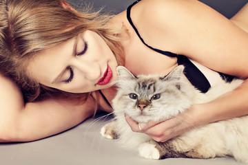 femme en lingerie avec chat
