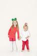 bub und mädchen mit weihnachtskopfschmuck