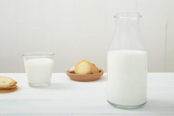 latte in bottiglia su tavolo