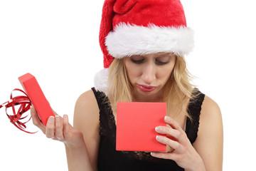 femme recevant un cadeau de Noël