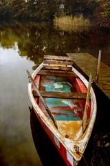 Altes Ruderboot an einem See im Herbst