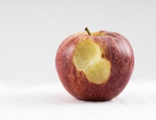 Manzana roja con un mordisco