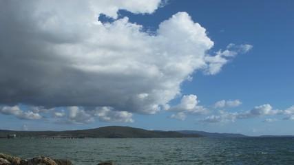 Time lapse  nuvole su mare toscana
