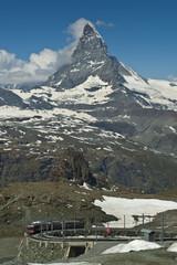 Tren cremallera frente al Matterhorn